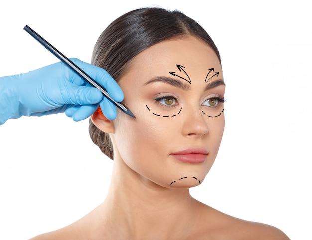 Женщина с пунктирными линиями на лице, косметология