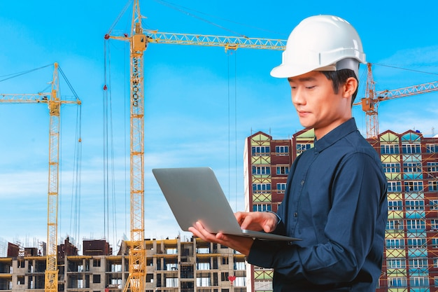 ノートパソコンを持つ男アジアエンジニア