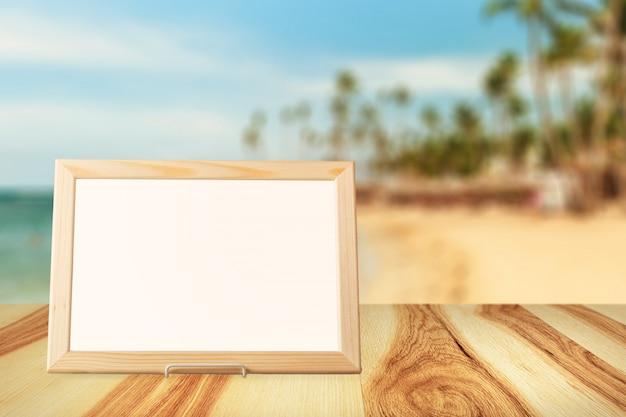 壁とテーブルの木の空白の白い額縁