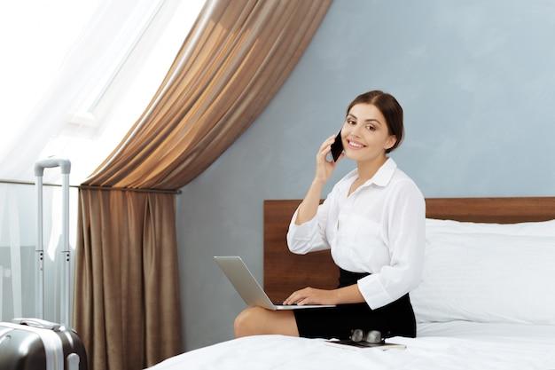 Женщина работает в гостиничном номере