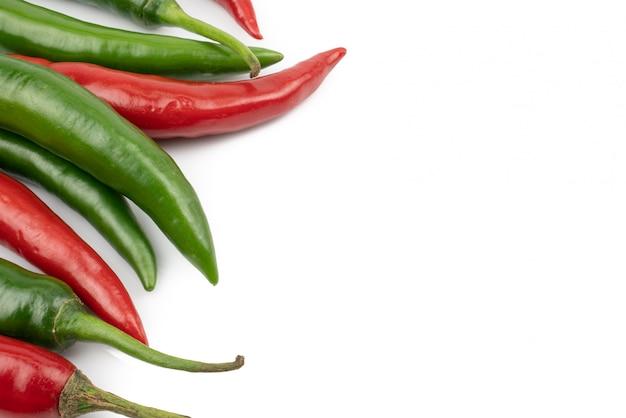 新鮮な緑と赤の唐辛子のペッパーは、白の背景に