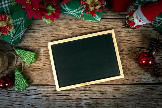 トップビュー、ギフト用の箱とクリスマスの日のライトと空の黒板装飾