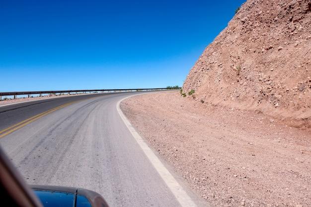 道路とアルゼンチンのサルタの風景を見る