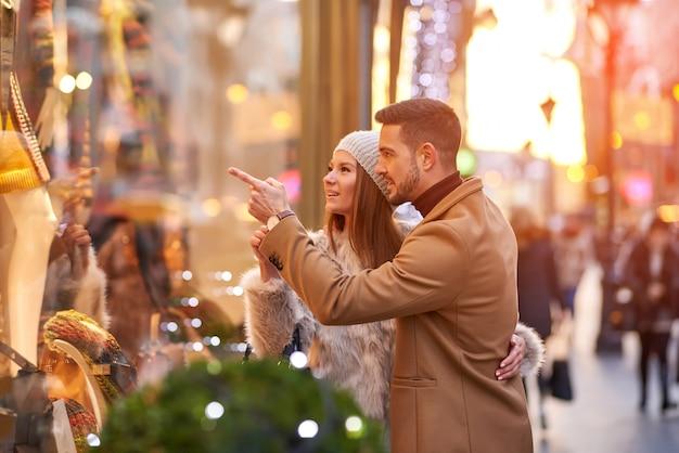 Пара проверяет рождественскую витрину