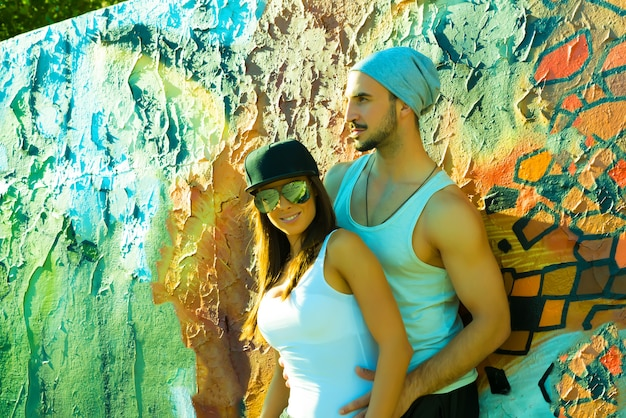 都市環境で抱き締める若いヒップホップカップル