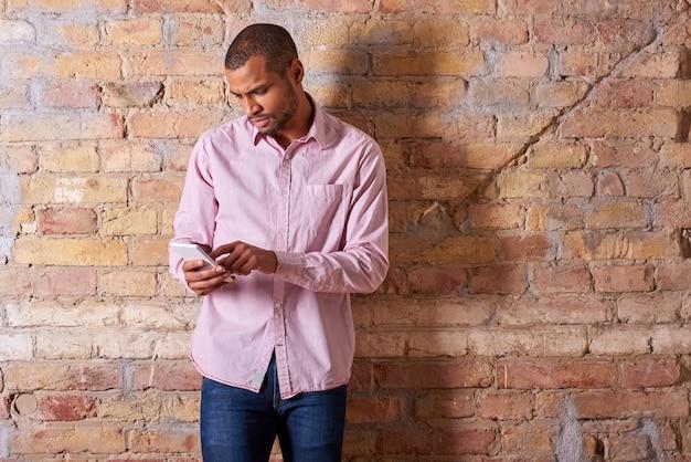 Серьезный человек с помощью смартфона