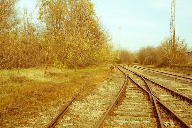 放棄されたレールと鉄道駅の写真