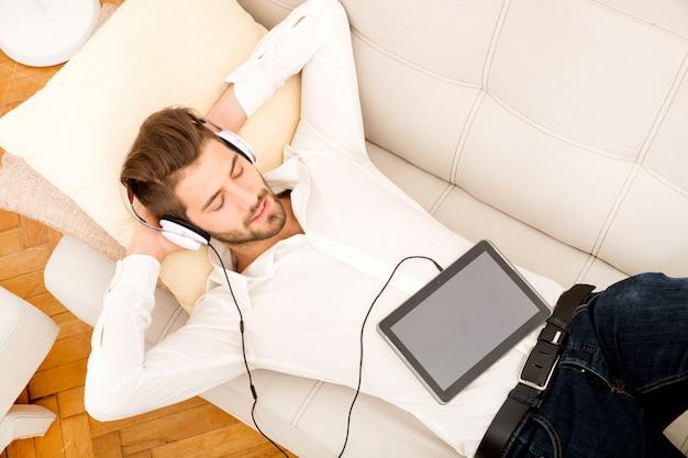 音楽を聴く若い男