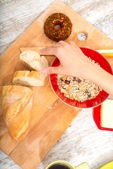 ヨーロッパの朝食を準備する若い女性
