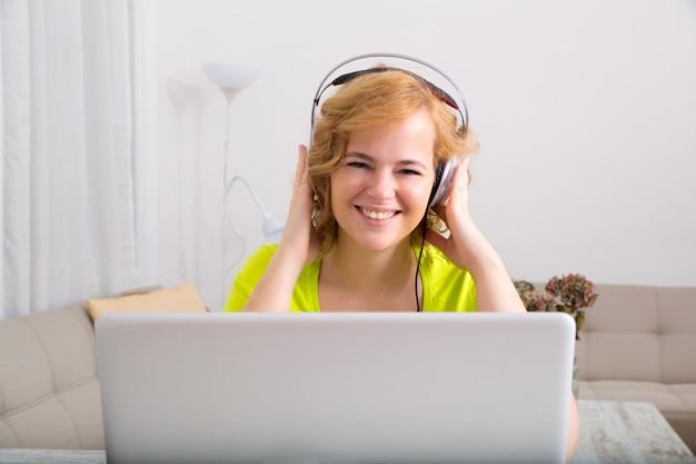 夕方にラップトップコンピューターで音楽を聴く