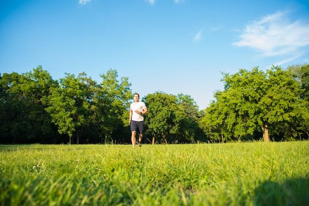 公園で走っているハンサムな若い男