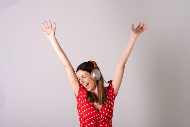 音楽を聴き、踊る女性