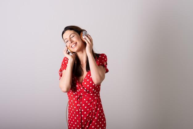 音楽を聴いて楽しむ女性