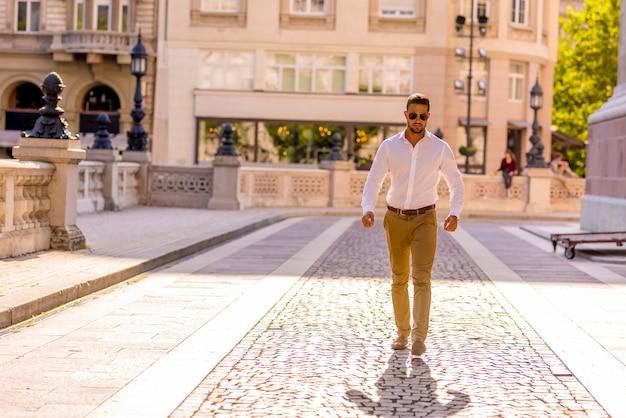 晴れた日に通りを歩くビジネスマン