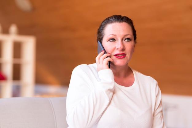 自宅の電話で中年の女性