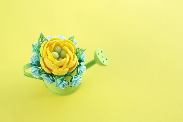 黄色の手作り造花、キラキラとたくさんの紙のバラの葉