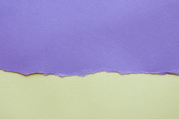 抽象的な背景とテクスチャー。破れたライラック紙と明るい黄色のテクスチャ紙。