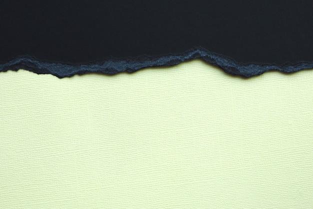 抽象的な背景とテクスチャー。黒の破れた段ボールと明るい黄色のテクスチャ紙。