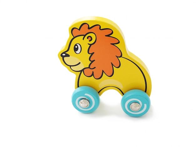 車輪の上の子供の木のおもちゃのライオン。孤立した