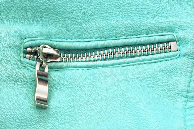 ブルーレザージャケットのファスナー付きポケット