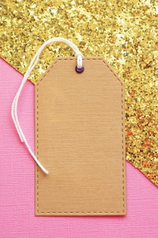 ピンクゴールドのクラフト紙のモックアップラベル。