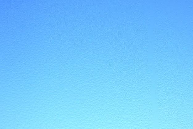 青い空を背景に抽象的なぼやけたガラスの背景。勾配。