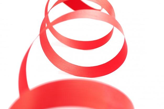 Ярко-красная лента на белом копия пространство