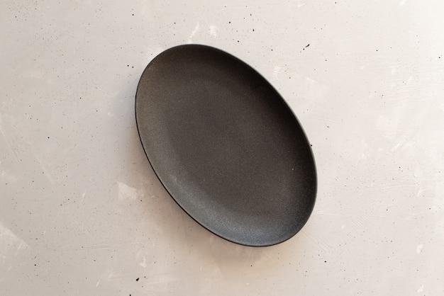 灰色の木製のテーブルに空のプレート