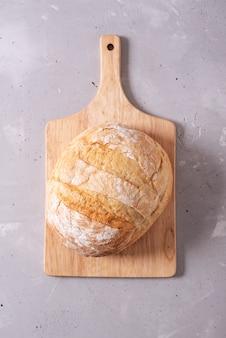 Свежий домашний свежий хлеб, вид сверху. французский хлеб. хлеб на закваске. пресный хлеб