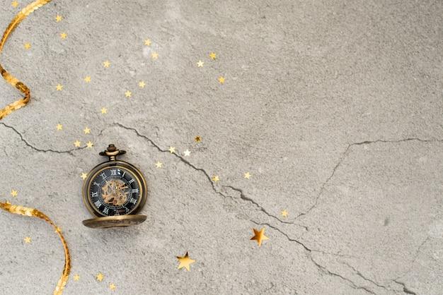 黄色の背景に古い白い目覚まし時計、フラットを置く。