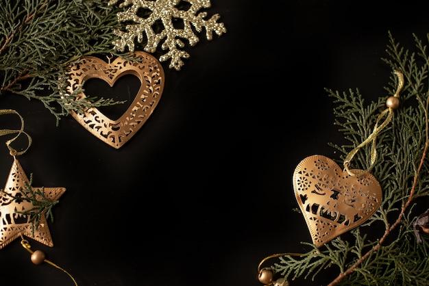輝きの背景にゴールドのリボンと黒と白のギフトボックス。フラットレイ