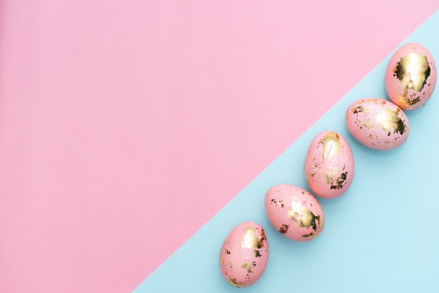 イースター黄金のフレームは、パステル調のピンクの背景に卵を装飾されています。