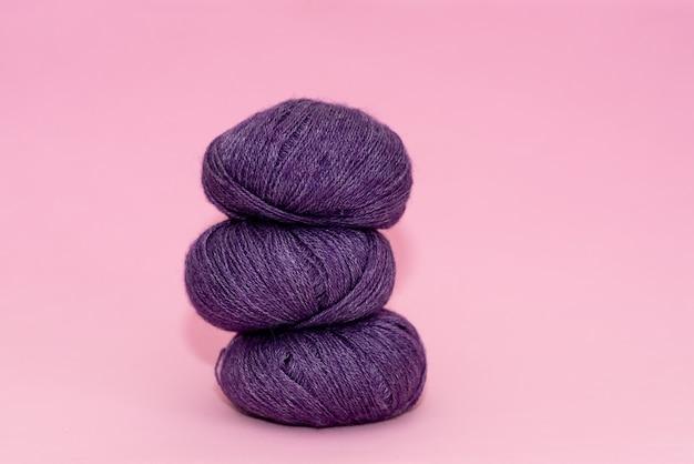 Женские руки, вязание с серой шерстью, вид сверху