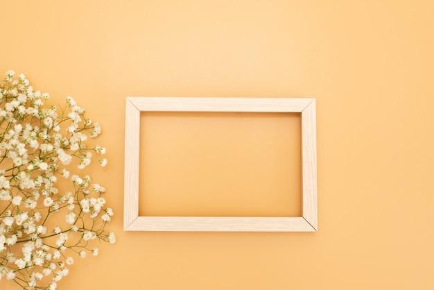 フォトフレームは、テキスト、白い背景の上の黄金の紙吹雪のためのスペースとモックアップします。フラット、平面図を置きます。