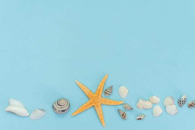 青い木製の背景に旅行のための夏のビーチアクセサリーと熱帯のビーチ夏休みのフラットレイアウト