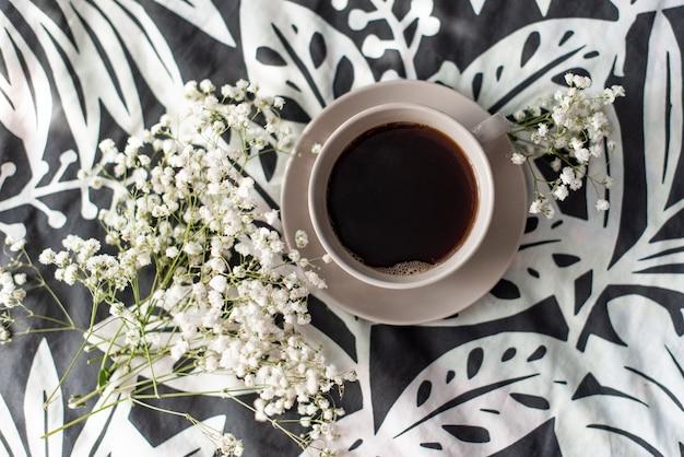 女性ファッションアクセサリー、下着、バラとパイ中間子の花束、香水、宝石類、白いベッドの上のコーヒー