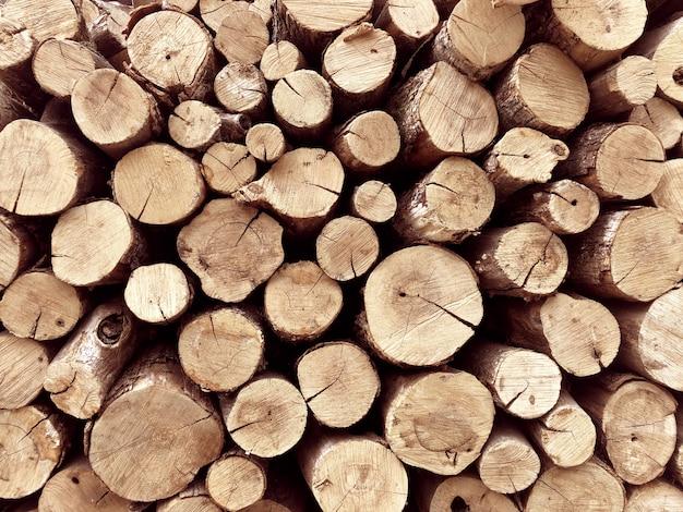 背景の木の切り株のスタック。