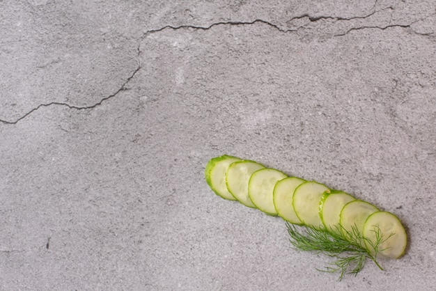 Огурцы. состав ломтиков огурца, травы свежего укропа и черного перца