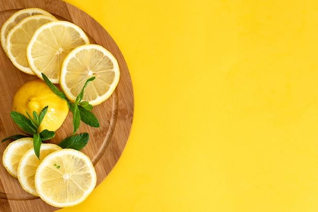 Лимоны. на деревянной доске.