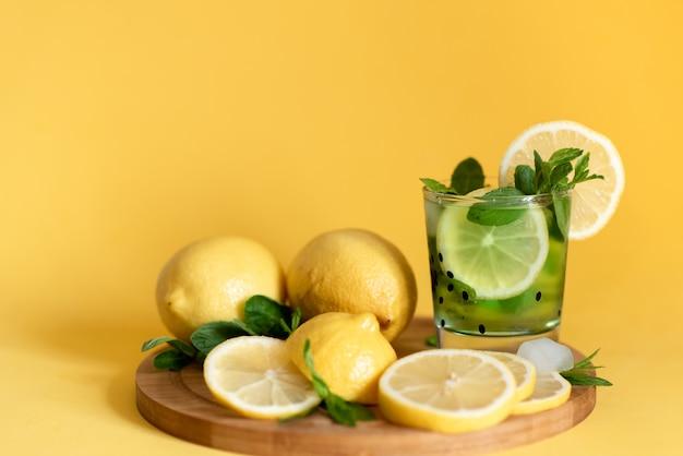 Лимоны на деревянной доске. коктейль с лимоном