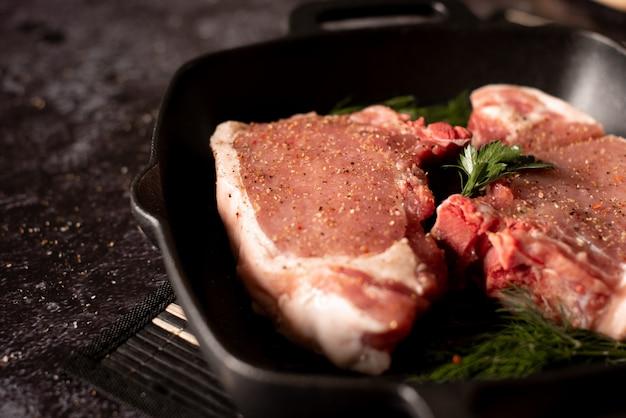 生の新鮮な肉グリルステーキ、調味料と肉フォーク