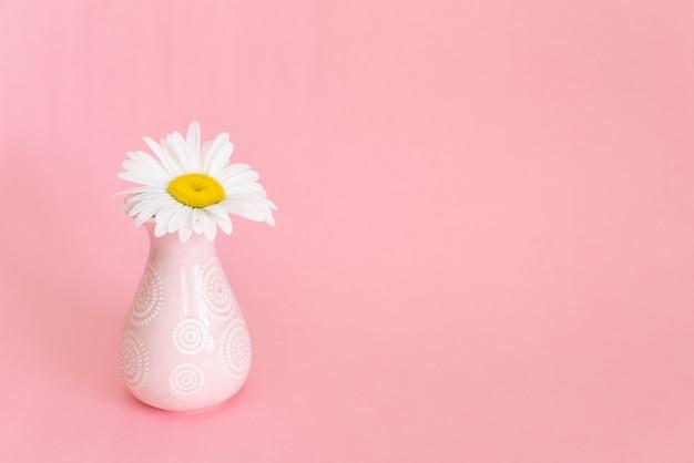 デイジーと柔らかいピンクの装飾