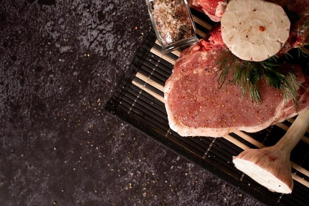生の新鮮な大理石の肉ステーキと調味料