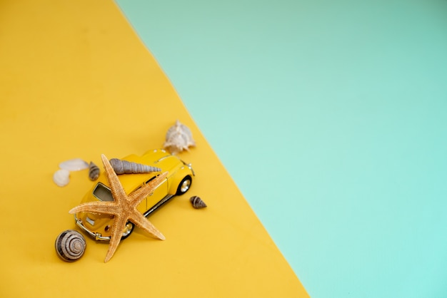 黄色の背景に黄色のレトロなおもちゃの車