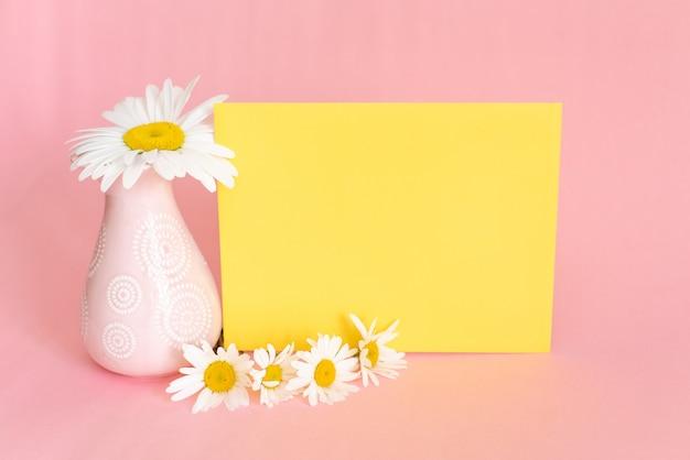 柔らかいピンク色のバスルームの装飾。化粧品は軽い化粧台の上に設定します。