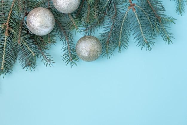 クリスマスや冬の組成。雪と赤い果実の製フレーム