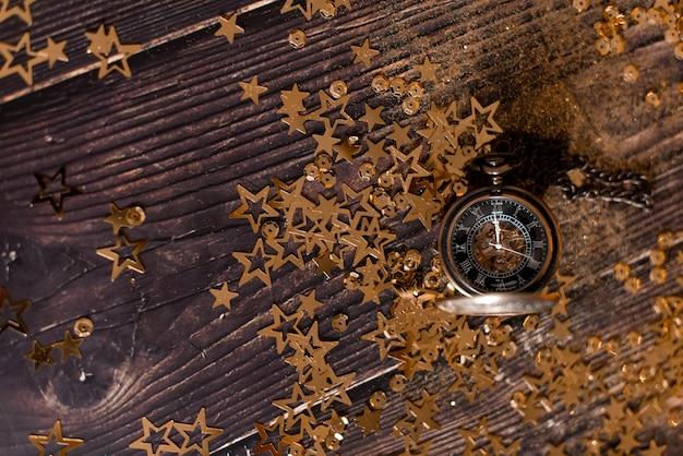 飾られたクリスマスツリーと花輪のクリスマステーブルの背景