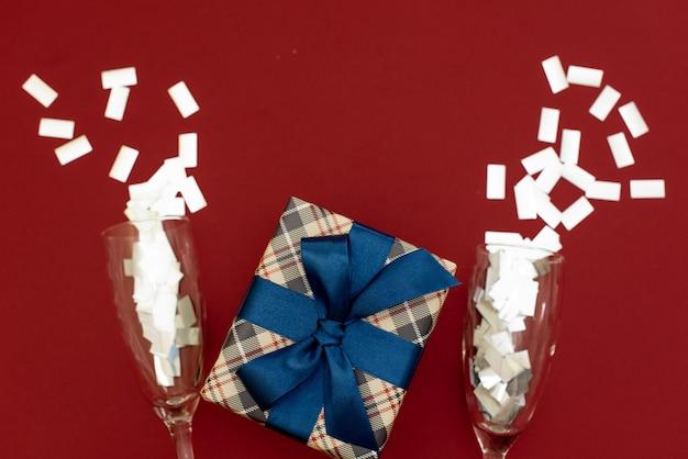 ターコイズブルーのボケに対してクリスマスギフトボックス。