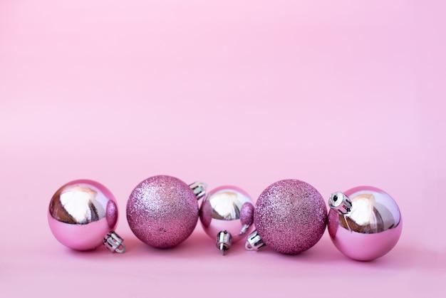 モミの枝、ライト、赤いギフトボックス、ピンクの装飾とクリスマス