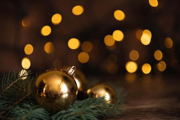 暗い黒の背景に贈り物で美しいクリスマスゴールデンシルバーデコつまらない。フラットレイアウトデザイン。コピースペース。水平。